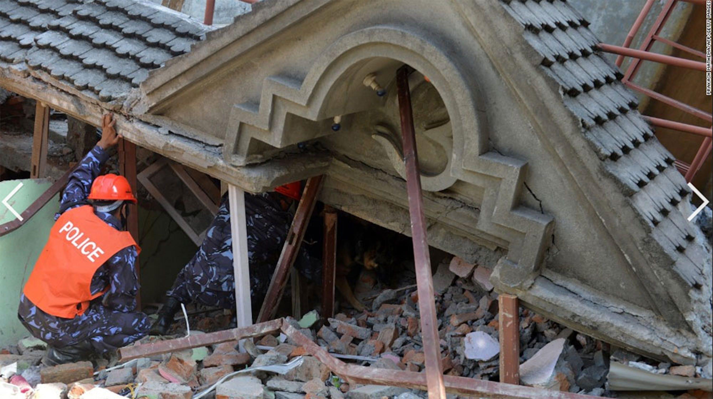 Nuovi crolli a Kathmandu dopo la scossa del 12 maggio - ©Prakash Mathema/AFP/Getty Images