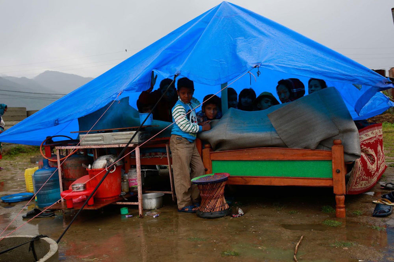 Un telo impermeabile fa la differenza, nelle primissime fasi del post-terremoto, soprattutto quando piove. Foto scattata a Phutung, villaggio nel Nepal centrale - ©UNICEF/NYHQ2015-1057/Nybo