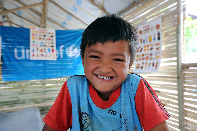 Sanjay Maharjan, 5 anni, alunno di Kokhana (distretto di Lalitpur, Nepal centrale) è uno dei 14.000 che oggi hanno iniziato le lezioni nelle scuole provvisorie allestite dall'UNICEF - ©UNICEF/PFPG2015-3181/Kharki