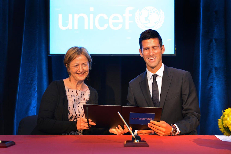 Novak Djokovic e la vicepresidente dell'UNICEF Yoka Brandt nel corso della cerimonia di nomina del tennista serbo a Goodwill Ambassador - ©UNICEF/NYHQ2015-2048/Nesbitt