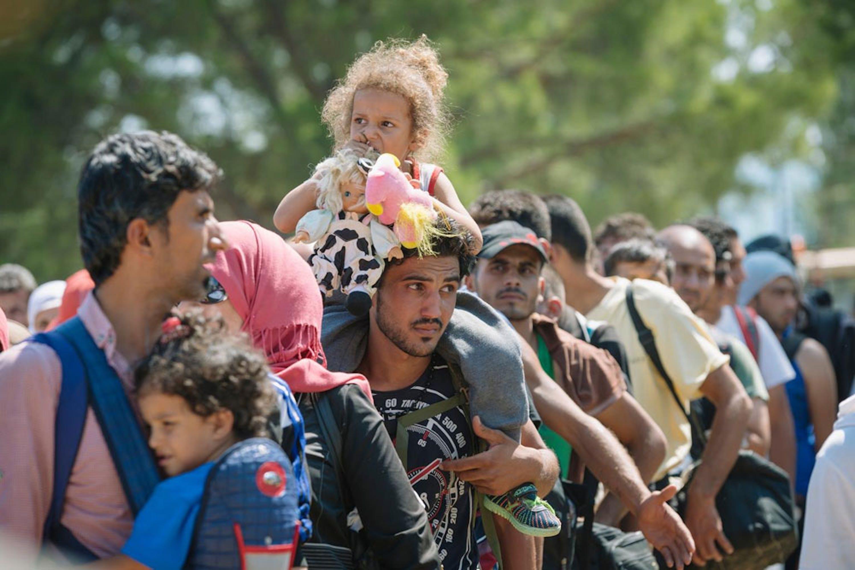 Famiglie in attesa di registrazione a Gevgelija, al confine tra Grecia e Macedonia - ©UNICEF/UNI195499/Klincarov