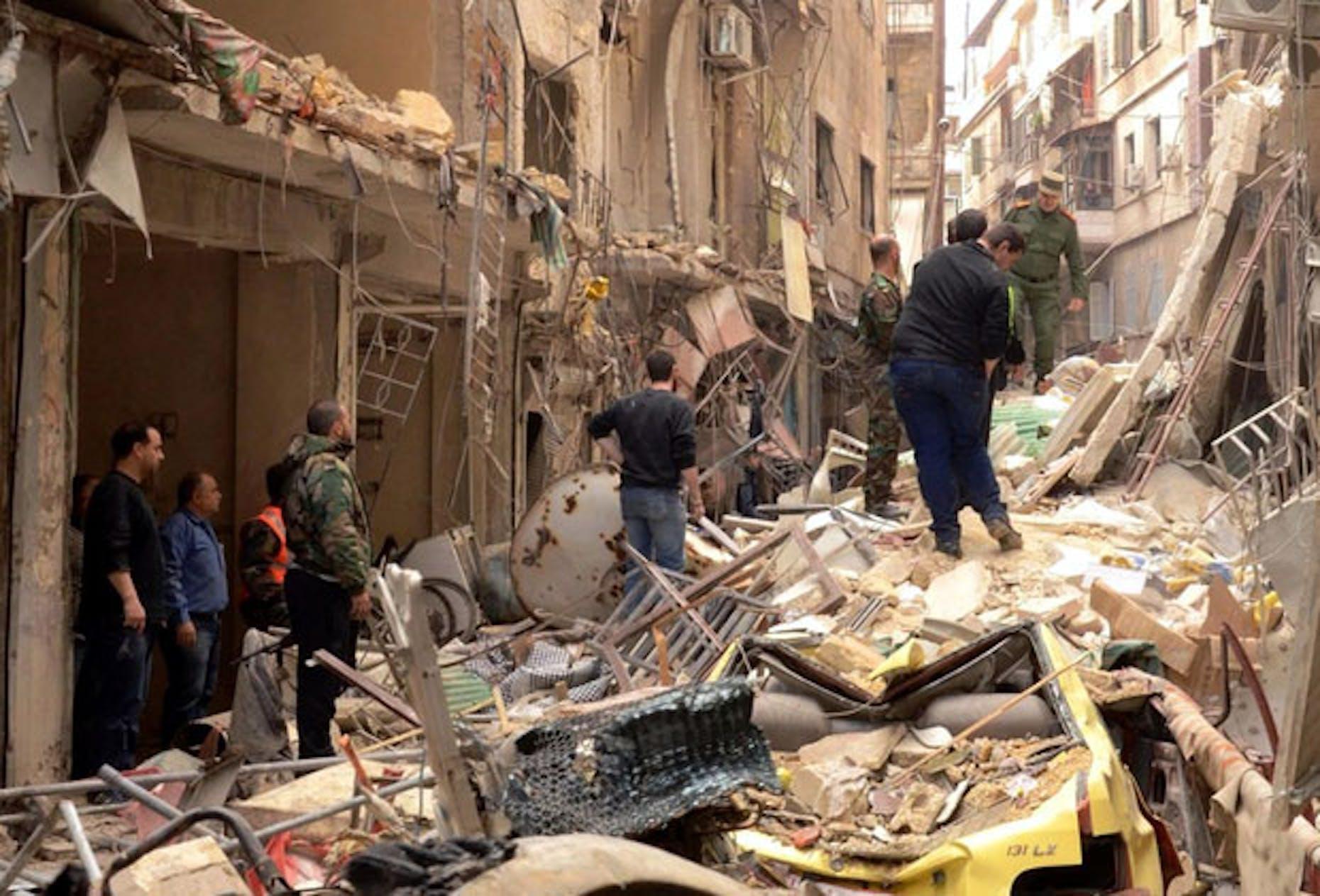 Le conseguenze di un bombardamento con missili su Aleppo, alcuni mesi fa - ©AFP