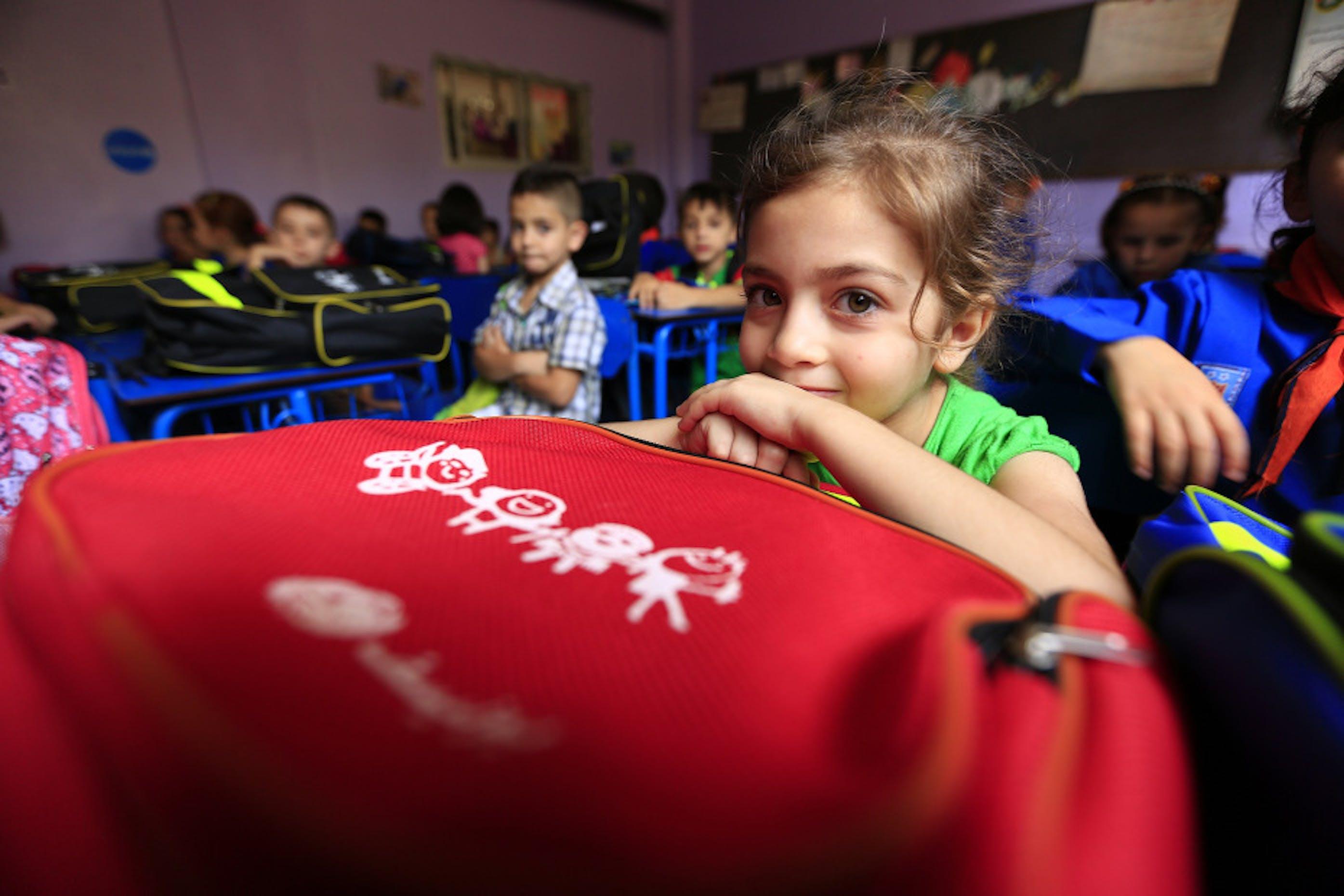 Fatima, 6 anni. La sua famiglia è fuggita da Palmira caduta in mano all'ISIS e vive ora a Homs, nell'est della Siria. Oggi inizia la scuola, con i materiali didattici donati dall'UNICEF - ©UNICEF Siria/2015/Omar Sanadiki