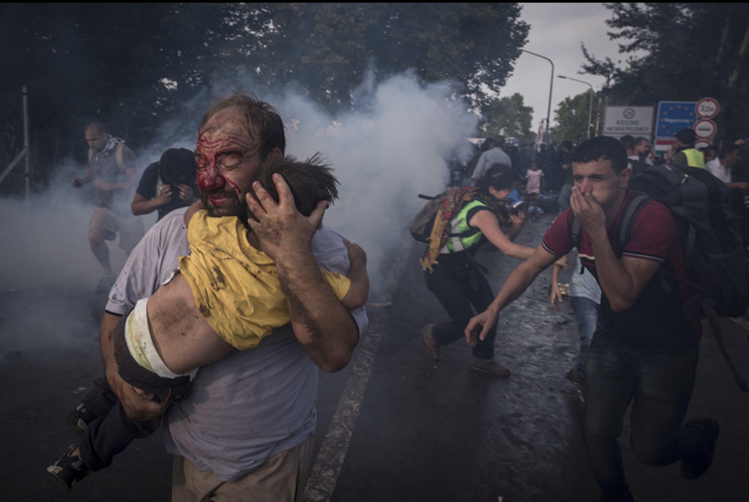 Un momento dei violenti scontri di mercoledì 16 settembre al confine tra Serbia e Ungheria - ©Sergey Pomomarev/NYTimes