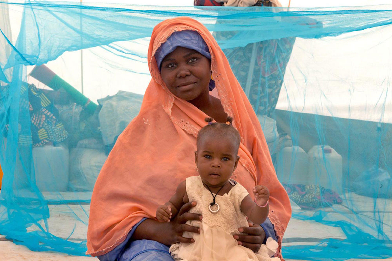 Saratu e la sua bambina sono scampati a una scorreria di Boko Haram nel loro villaggio, e dopo una settimana nascosti nella foresta sono stati accolti nel centro per sfollati di Maiduguri (Nigeria) - ©UNICEF/NYHQ2015-1981/Esiebo