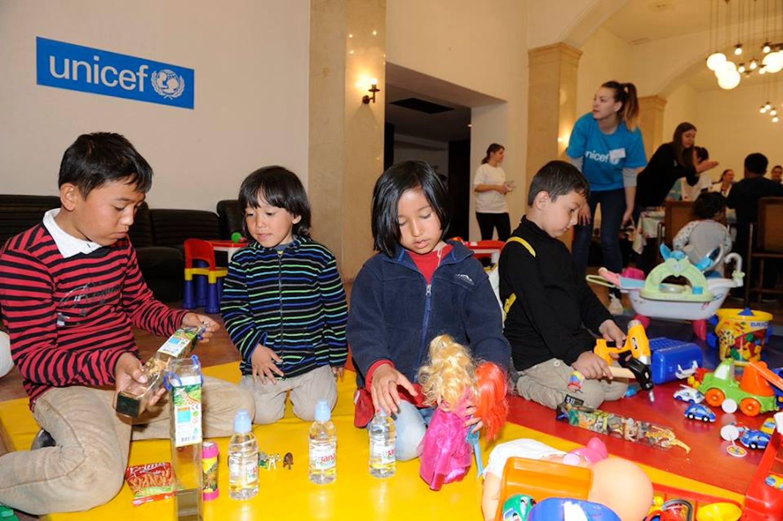 Bambini provenienti dalla Siria e da altri paesi in guerra giocano con i volontari dell'UNICEF Serbia in questa sala dell'Hotel Bristol di Belgrado, attrezzata come