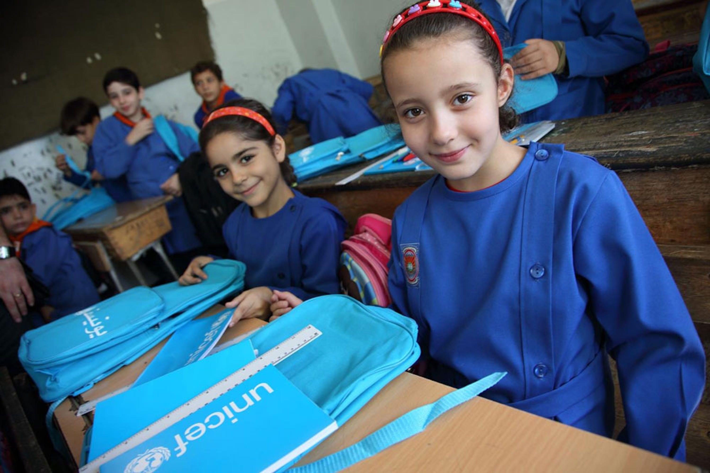 Bambine di terza elementare di una scuola di Damasco con zainetti e materiali didattici donati dall'UNICEF - ©UNICEF/NYHQ2014-1738/Sonoda