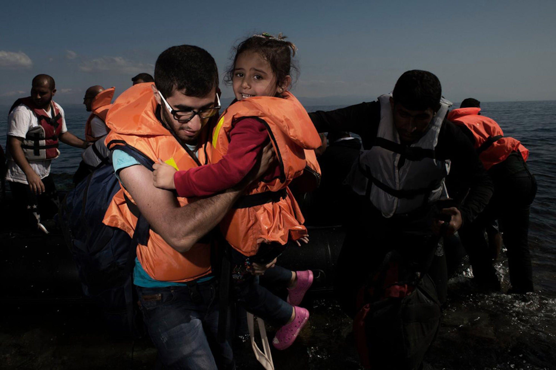 L'arrivo sull'isola di Lesbo (Grecia) di un gommone carico di bambini e adulti in fuga dalla Siria - ©UNICEF/NYHQ2015-2392/Romenzi