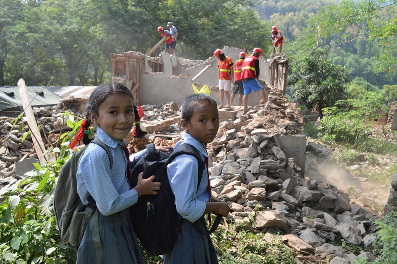 Rushma e Rakshya, alunne di seconda elementare, si recano alla loro scuola, un istituto montessoriano nel distretto di Gorkha, una delle aree più devastate dal terremoto - ©UNICEF/PFPG2015-3361/Sundar Kumar Lama