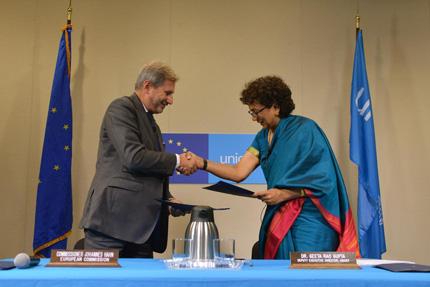 La Vicedirettrice UNICEF Geeta Rao Gupta e il Commissario Europeo alle Politiche di vicinato Johannes Hahn stipulano l'accordo che garantisce un finanziamento di 62 milioni di euro ai programmi UNICEF per l'istruzione dei bambini siriani
