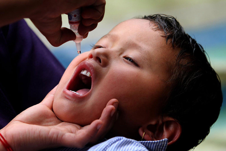 Vaccinazione antipolio nel villaggio di Barpak, in Nepal, nella zona dell'epicentro del devastante terremoto del 25 aprile 2015 - ©UNICEF Nepal/2015-0117/Panday