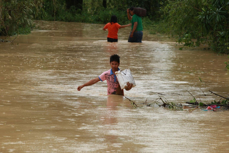 Un villaggio allagato nei pressi di Palayan City (Filippine) dopo il passaggio del tifone Koppu a metà ottobre: Koppu è stato il 12° tifone a colpire le Filippine quest'anno - ©UNICEF/UNI199426/Maitem