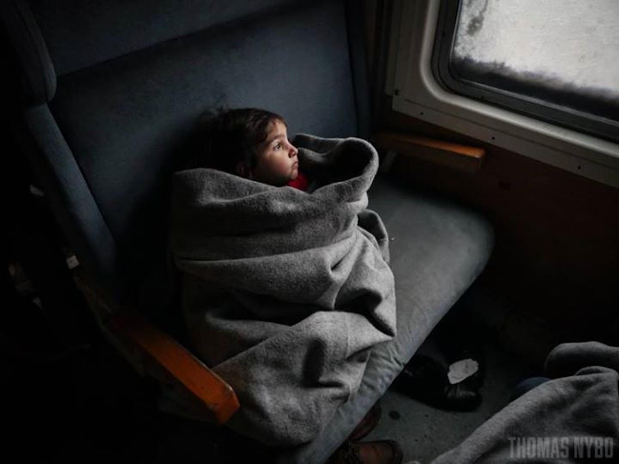 Viaggio di 6 ore su un treno gelido attraverso la repubblica ex-jugoslava di Macedonia per questa bambina in fuga con la famiglia dall'Afghanistan - ©Thomas Nybo