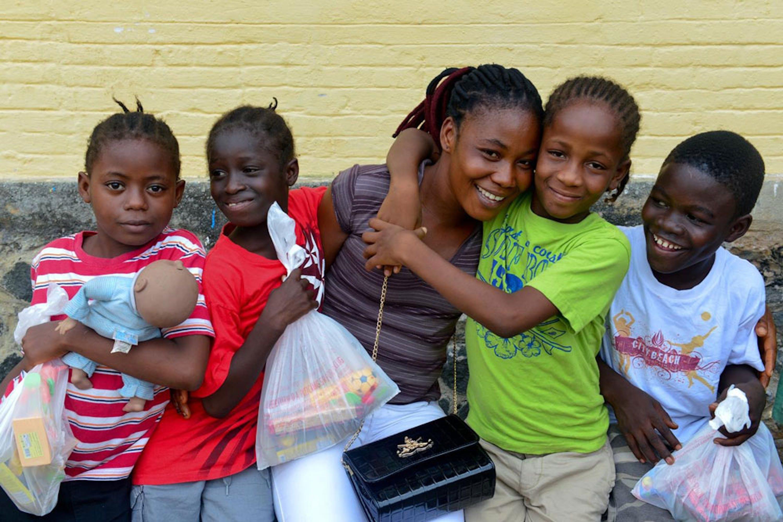 Helen Morris, sopravvissuta alla malattia, è una delle numerose operatrici volontarie che sono state formate dall'UNICEF per accudire i bambini colpiti da Ebola senza rischiare il contagio - ©UNICEF/NYHQ2014-3126/Nesbitt