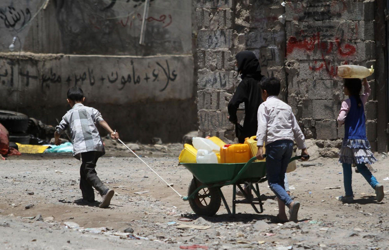 Bambini spingono una carriola piena di taniche in una strada di Sana'a, capitale dello Yemen. La ricerca dell'acqua è una delle preoccupazioni più pressanti per la popolazione civile in questi mesi di guerra - ©UNICEF/UNI184984/Mohammed Yasin