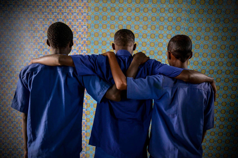 Questi tre ragazzi di 17 anni sono alcuni dei 100 ex minori combattenti seguiti da UNICEF e Intersos (ONG italiana) nel centro vocazionale di Baidoa, in Somalia - ©UNICEF/UN09632/Rich