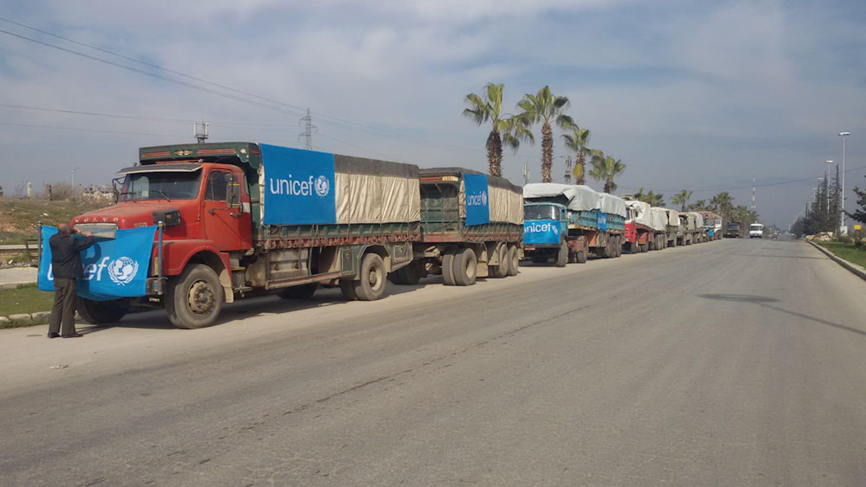 Il convoglio di 7 camion con aiuti UNICEF che ha portato aiuti per 30.000 civili nelle città di Nubul e Zahra, vicino ad Aleppo - ©UNICEF Siria/2016