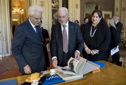 Il Presidente della Repubblica Sergio Mattarella saluta Giacomo Guerrera, presidente dell'UNICEF Italia - ©Paolo Giandotti/Quirinale