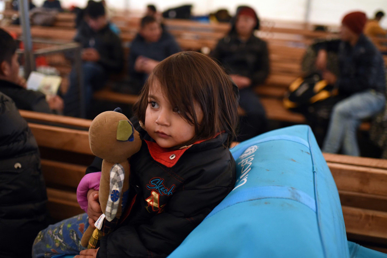 Una bambina riposa nel centro di registrazione di Tabanovce, in Macedonia. A lei e centinaia di altri profughi dall'Afghanistan è stato proibito di entrare in Serbia - ©UNICEF/UN010700/Georgiev