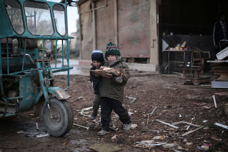 Bambini raccolgono legna a Kafan Batna, villaggio rurale nei dintorni di Damasco. 4,5 milioni di civili vivono in aree della Siria che non ricevono regolari aiuti umanitari - ©UNICEF/UN06855/Al Shami