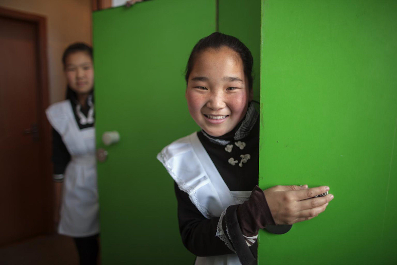 Alunne della scuola n. 67 di Ulan Bator, capitale della Mongolia. L'UNICEF ha installato nei gabinetti lavandini e porte con chiusura a chiave per agevolare la frequenza scolastica da parte delle ragazze - ©UNICEF/NYHQ2012-1768/Sokol
