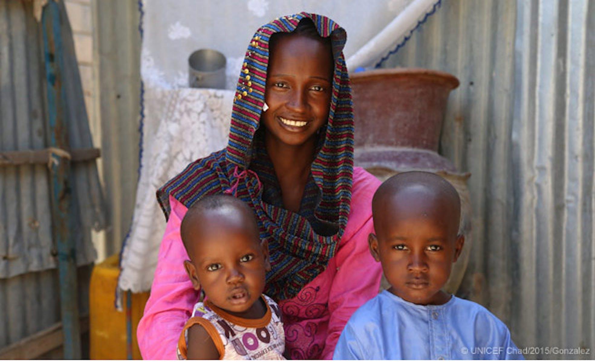 Amina Abdelrahman, 15 anni, con i suoi due figli Mustapha (3 anni) e Haroun (12 mesi). A 12 anni Amina ha dovuto abbandonare la scuola per sposarsi - ©UNICEF Ciad/2015/Gonzalez