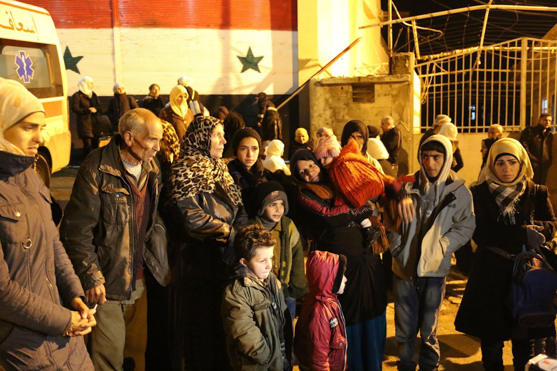 Civili in attesa di essere sfollati dalla città assediata di Madaya (Siria) - ©UNICEF/UN07225/Al-Saleh/WFP