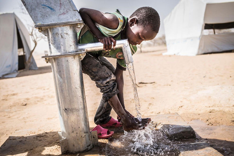 Un bambino nel campo profughi di Dar es Salam, in Ciad, che ospita rifugiati nigeriani che hanno abbandonato il paese per via degli attacchi terroristici di Boko Haram - ©UNICEF/NYHQ2015-1505/Cherkaoui