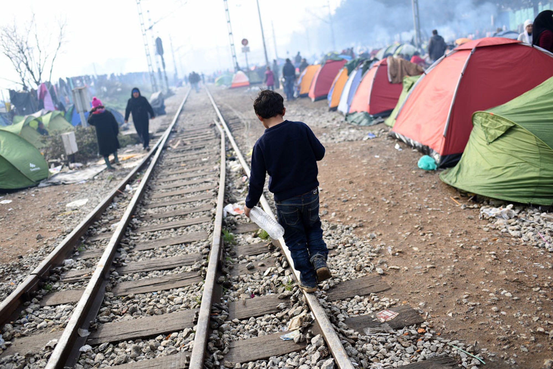 Un bambino fra i tanti accampati al confine tra Grecia e l'ex repubblica jugoslava di Macedonia - ©UNICEF/UN012790/Georgiev