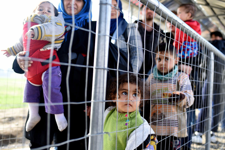 Bambini e genitori bloccati a Idomeni, al confine tra Grecia e Macedonia - ©UNICEF/UN011184/Georgiev