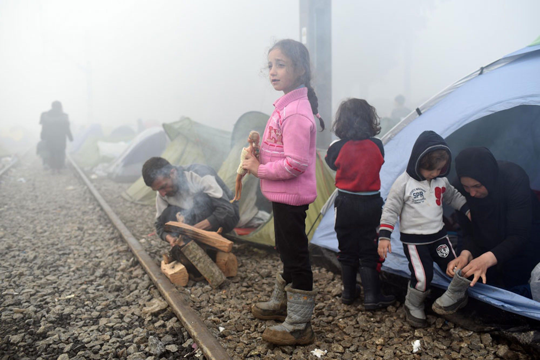Centinaia di famiglie con bambini sono accampate da settimane accanto ai binari della ferrovia che collega la Grecia alla Macedonia, nella speranza che si apra il varco - ©UNICEF/UN012777/Georgiev
