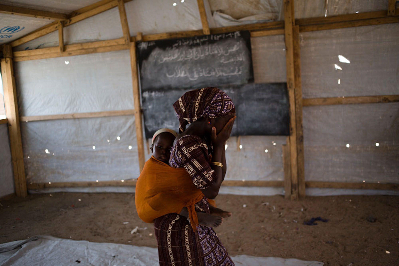 Fati, 16 anni. Rapita in Nigeria, è rimasta prigioniera per 5 mesi di Boko Haram. Oggi vive con la mamma e la sorellina nel campo profughi di Minawao in Camerun - ©UNICEF/UN015784/Prinsloo