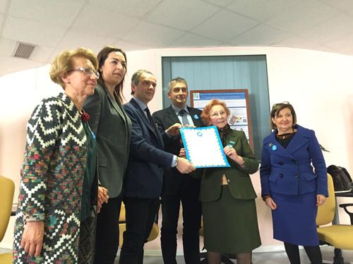 Paolo Rozera (Direttore generale dell'UNICEF Italia) consegna la pergamena del riconoscimento dell'Azienda Ospedaliera Universitaria di Careggi quale Ospedale Amico dei Bambini - ©UNICEF Italia/2016/Elise Chapin