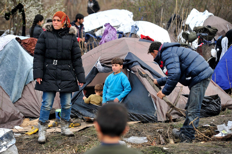 Minori e adulti al confine tra Serbia e ex repubblica jugoslava di Macedonia - ©UNICEF/UN013594/Georgiev