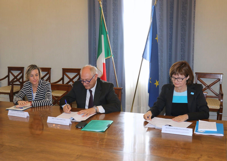 Il prefetto Mario Morcone (Ministero dell'Interno) e Marilena Viviani (UNICEF) firmano il Protocollo di intesa sui minori migranti e rifugiati in Italia - ©Ministero Interno