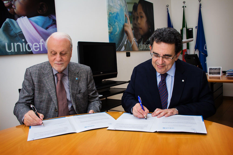 Il presidente dell'UNICEF Italia Giacomo Guerrera (a sin.) e il presidente della Società Italiana di Pediatria Giovanni Corsello firmano il protocollo - ©UNICEF Italia/2016/A.Longobardi