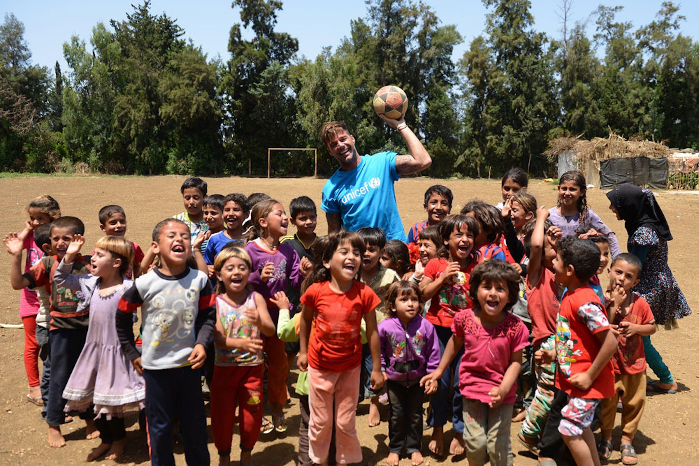 Ricky Martin tra i bambini dell'insediamento informale di Al-Hissa (Libano) - ©UNICEF/UN020858/Choufany