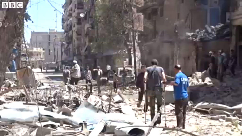 L'esterno dell'ospedale Al-Hakim di Aleppo subito dopo il bombardamento. Nell'attacco sono rimasti uccisi almeno 15 civili - ©BBC