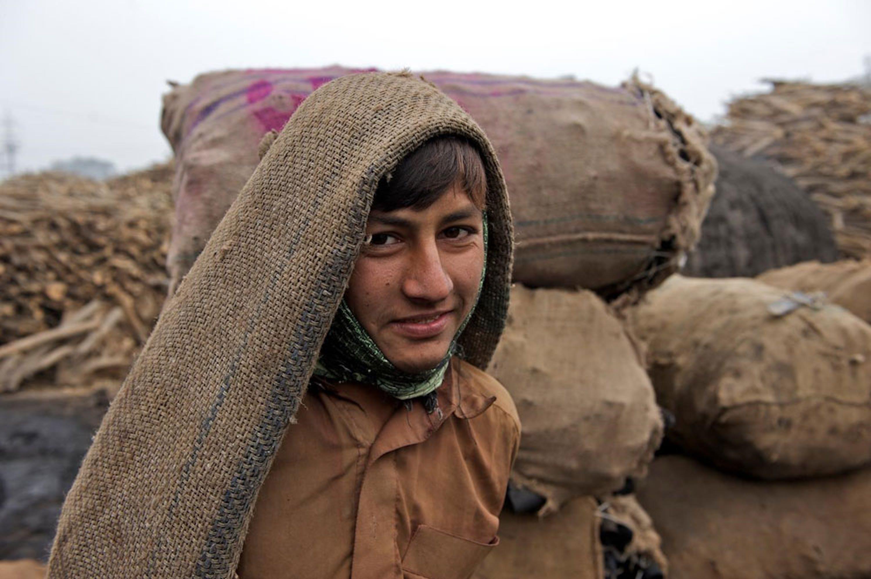 Un bambino impiegato in una fabbrica di carbone in Pakistan. Nel paese asiatico l'88% dei bambini che non frequenta la scuola svolge qualche tipo di lavoro - ©UNICEF/UNI186955/Noorani