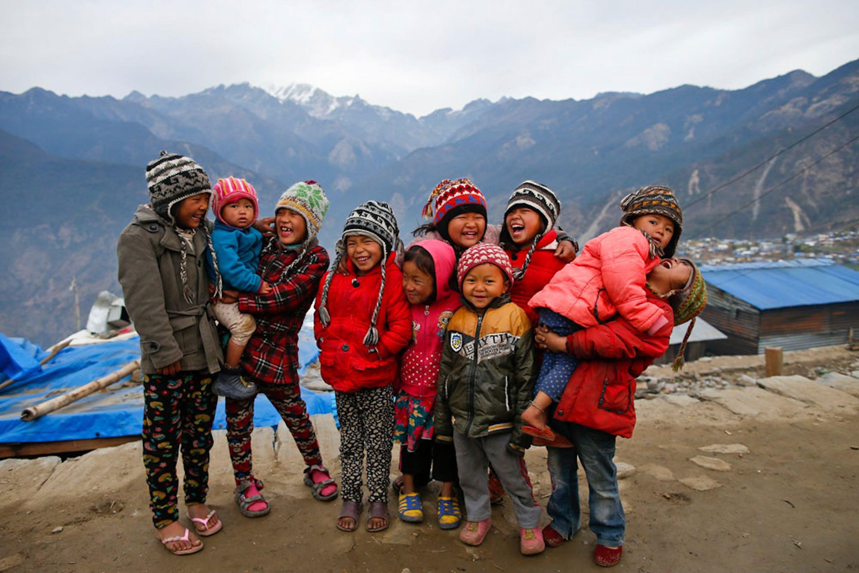 Bambini del villaggio di Barpak, vicino all'epicentro del catastrofico terremoto del 25 aprile 2015. In questo solo distretto ben 1.400 abitazioni sono state completamente distrutte - ©UNICEF/UN017153/Shrestha