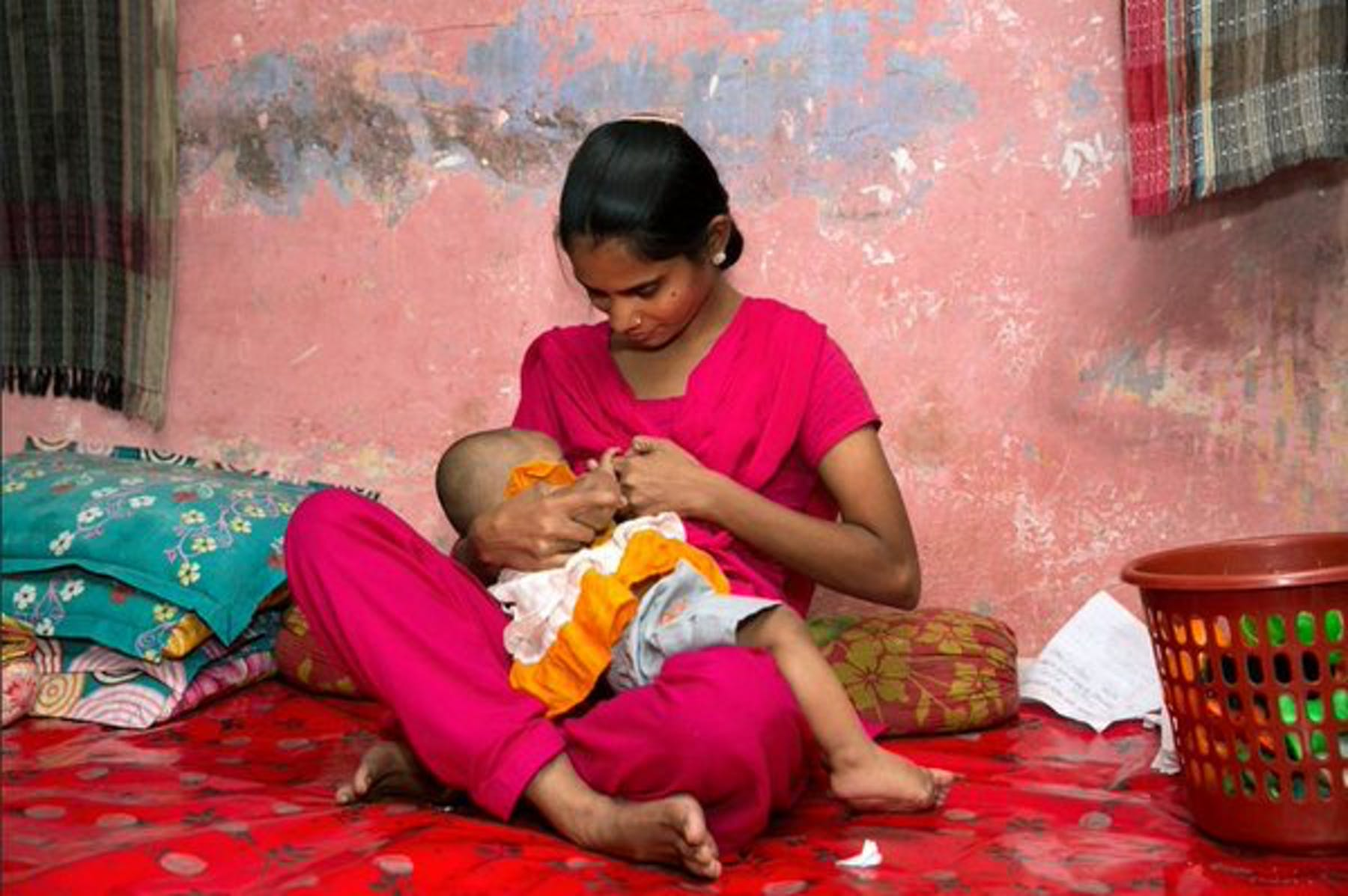 Una mamma allatta il suo bambino in Bangladesh - ©UNICEF/UNI199599/J.Mawa