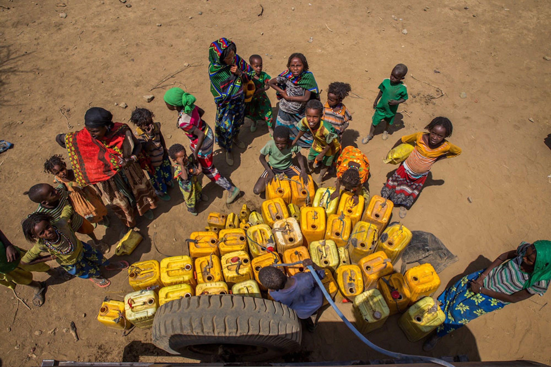 Donne e bambini alla fonte di Haro HUba Kebele, in Etiopia, uno dei paesi più duramente colpiti da 2 anni consecutivi di El Niño - ©UNICEF/UN011590/Ayene