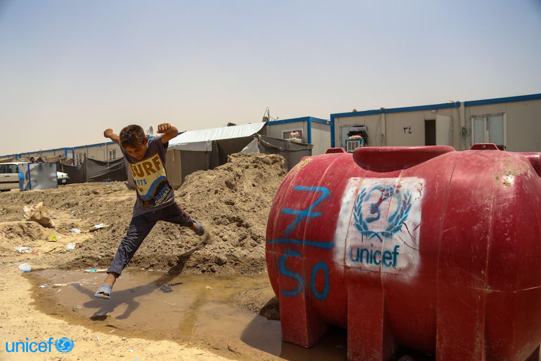 Un bambino sfollato da Falluja nel campo di Amiriyat al-Fallujah, Iraq © UNICEF/UN024107/Khuzaie