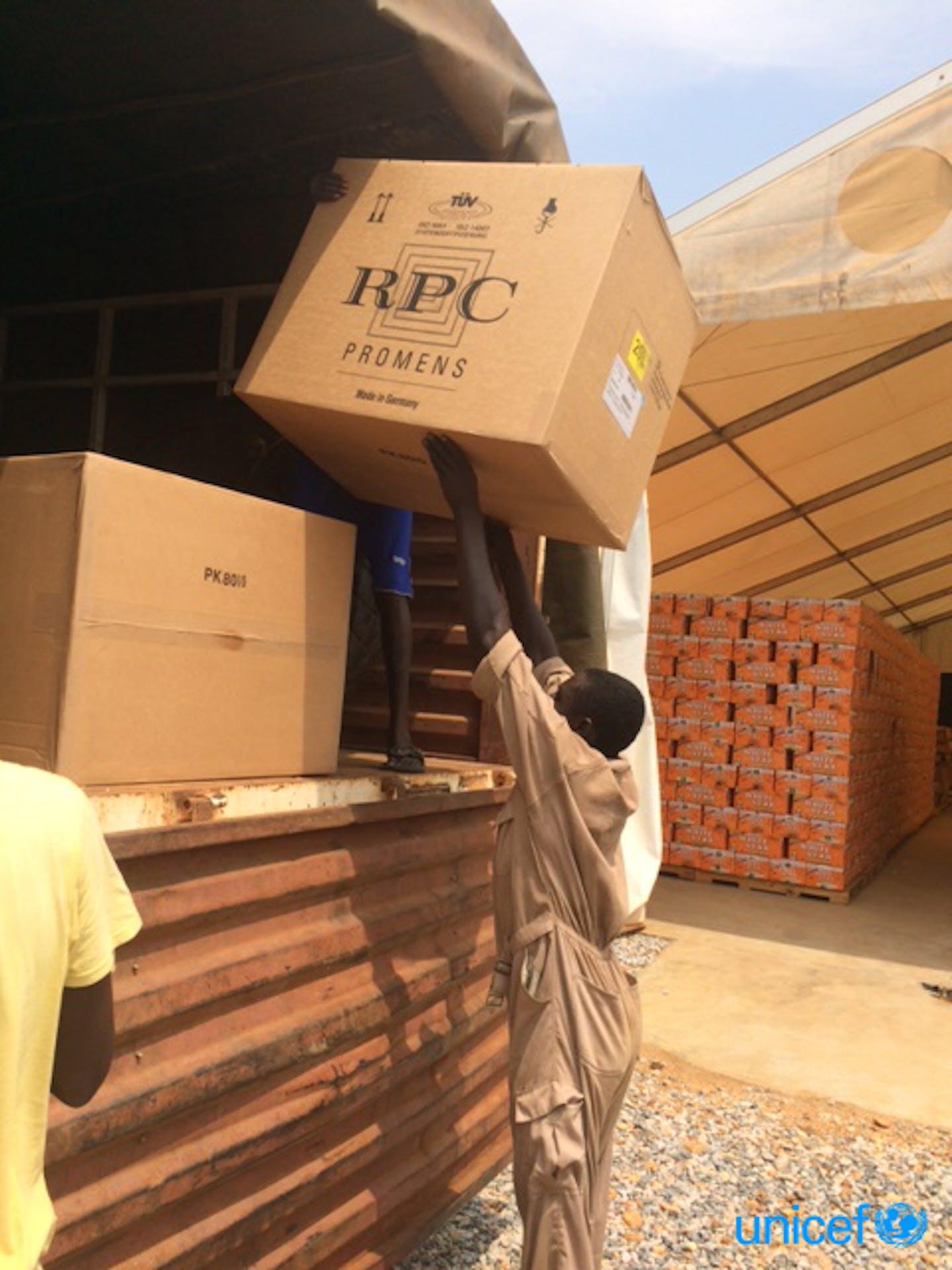 Aiuti unicef caricati sui camion con destinazione Juba © UNICEF
