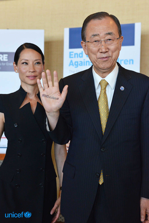 Il Segretario Generale delle Nazioni Unite Ban Ki moon mostra nella sua mano il timbro Endviolence © UNICEF/UN024802/Nesbitt