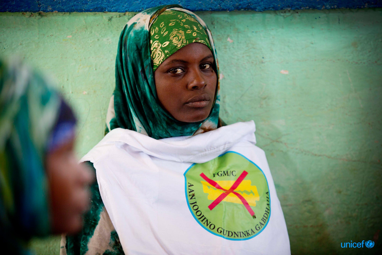 Una delle partecipanti a un incontro pubblico sui danni provocati dalle mutilazioni genitali femminili organizzato dall'UNICEF a Garowe (Somalia) - ©UNICEF/UNI165230/Holt