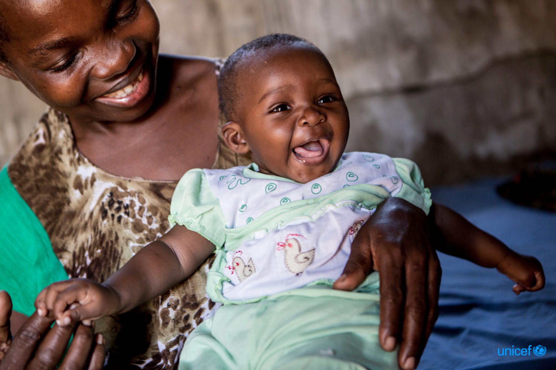 Berta, una ragazza che vive con l'AIDS con sua figlia Tecla © UNICEF/UNI197919/Schermbrucker