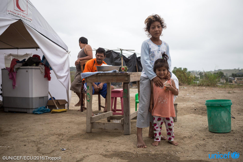 Una donna e una bambina nel campo informale per sfollati di La Chorrera - Ecuador© UNICEF/UN025173/Troppoli
