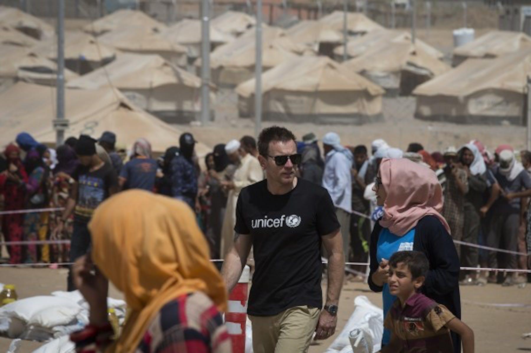 L'Ambasciatore UNICEF Ewan McGregor nel campo di Debaga nel nord dell'Iraq (UNICEF/Iraq/Modola16/PA Images)