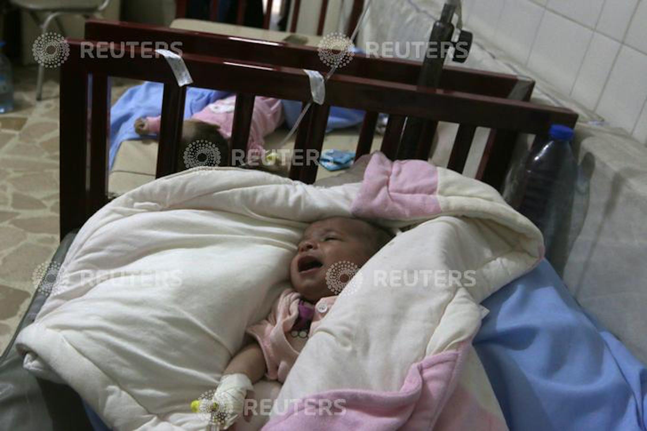 un bambino sta per essere trasferito dopo che l'ospedale è stato parzialmente danneggiato da un attacco aereo ad Aleppo REUTERS/Abdalrhman Ismail